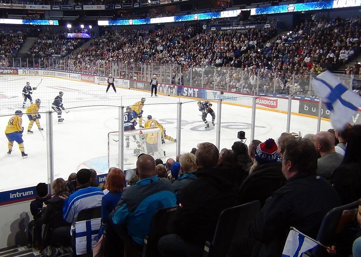 FIN - SWE 3:1 - Skandinávské derby před zaplněnou arenou ovládli hráči Suomi