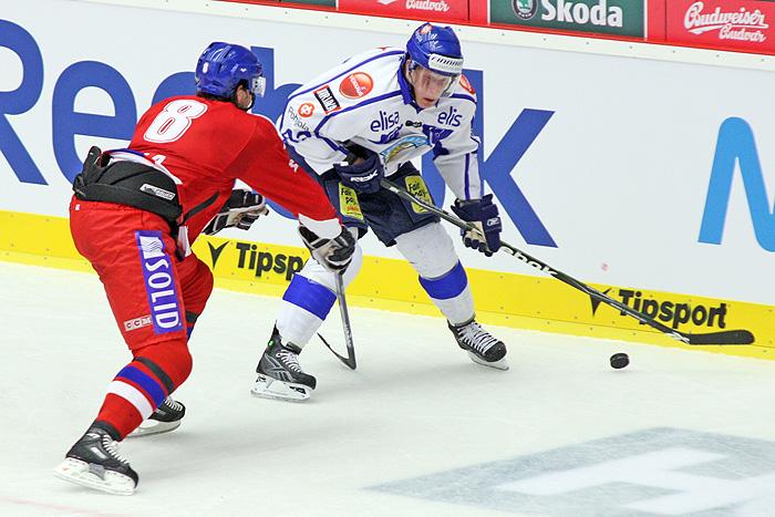 Jakub Čutta napadá u mantinelu finskou rozehrávku.