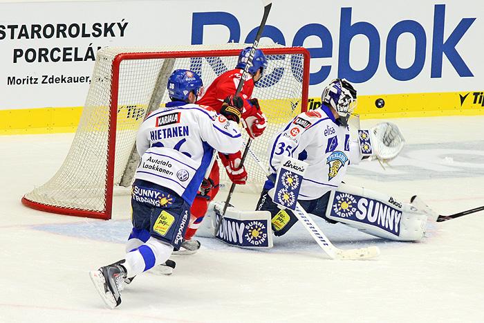 Střela těsně vedle. Finský gólman si ale sáhl.